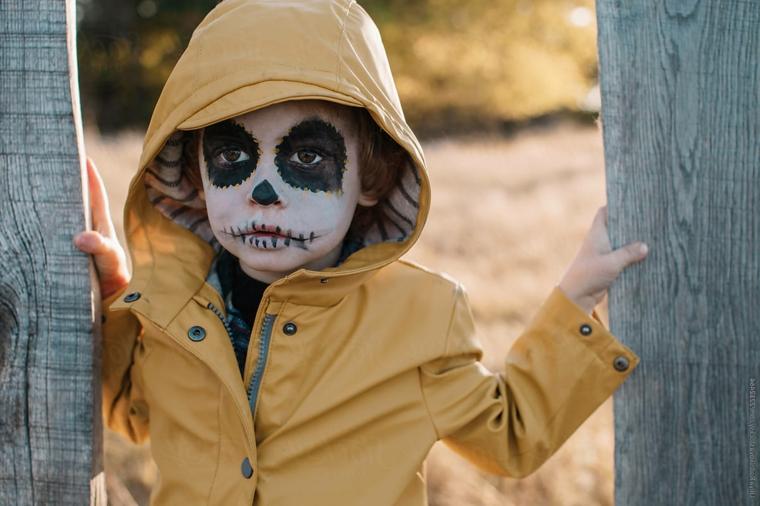 Trucchi Halloween facili, trucco da sugar skull, trucco base bianca, bimbo con giacca gialla