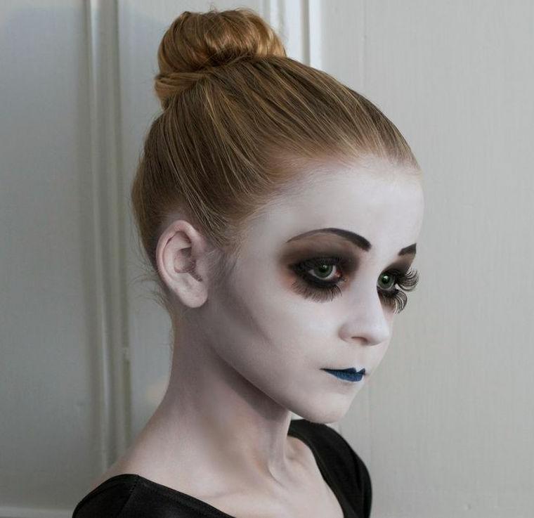 Trucchi di Halloween per bambini, bimba travestita da zombie, trucco base colore bianco