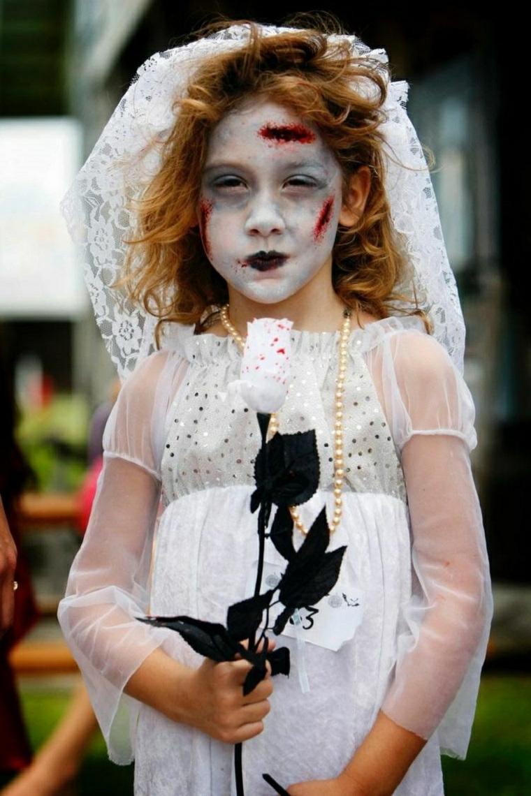 Una bimba travestita da zombie, travestimento sposa zombie, trucco con base bianca
