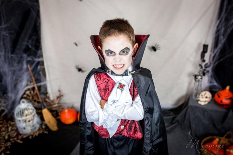 Bimbo travestito da vampiro, trucco bimbo da vampiro, decorazioni per Halloween