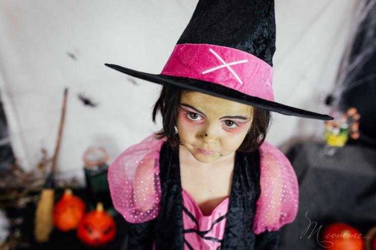 Bimba truccata da strega, cappello da strega, viso verde con trucco, travestimento per Halloween