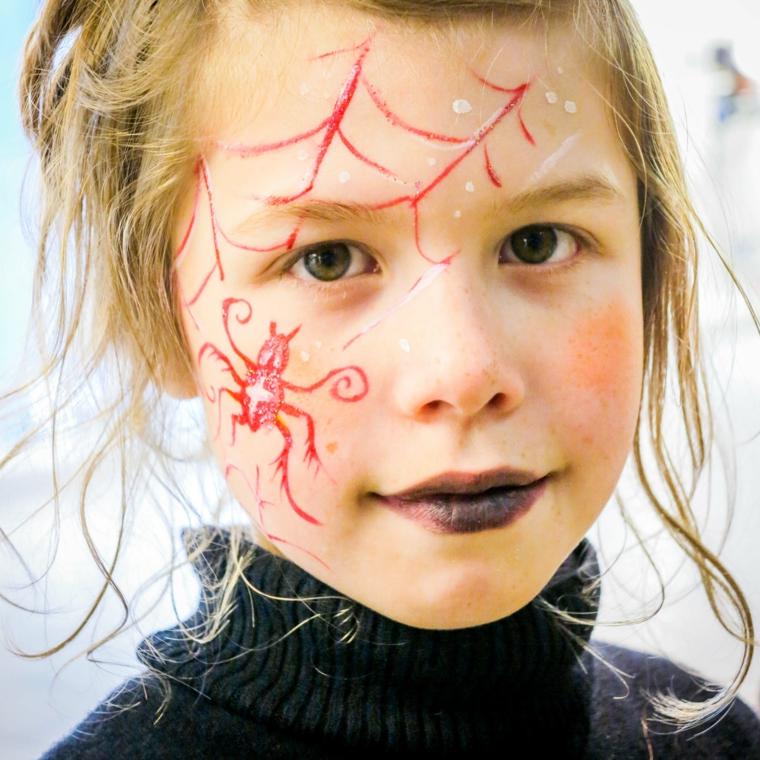 Trucco semplice Halloween, bimba con disegno sul viso, disegno ragno e ragnatela