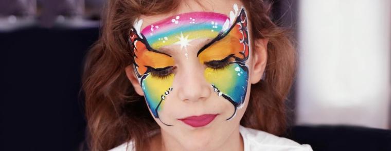 Una bimba truccata da farfalla, trucco bimba sul viso, ragazzina con rossetto