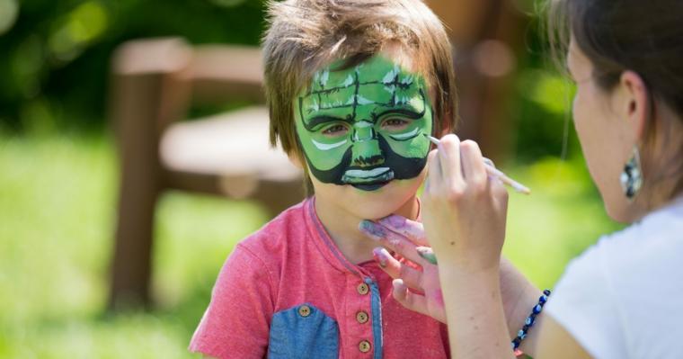 Trucco semplice Halloween, bimbo con disegno sulla faccia, travestimento da Hulk