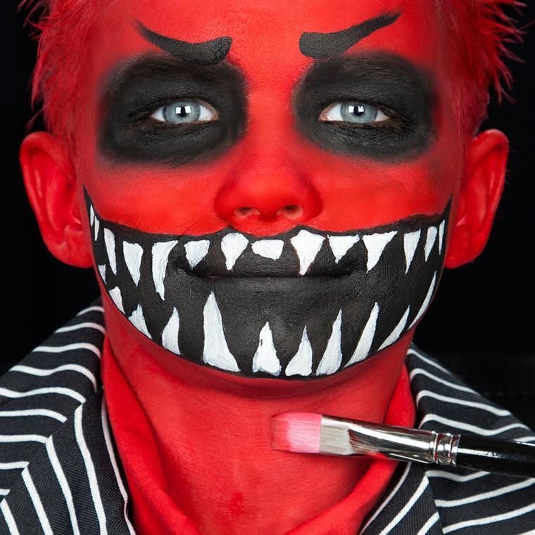 Bimbo truccato da mostro, truccarsi con pennello, travestimento per Halloween