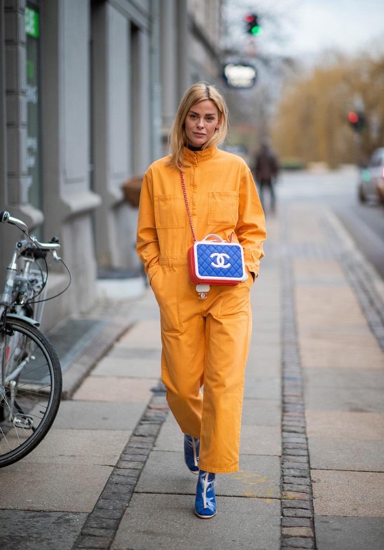 Donna con borsetta chanel, outfit inverno 2019, tuta jumpsuit gialla