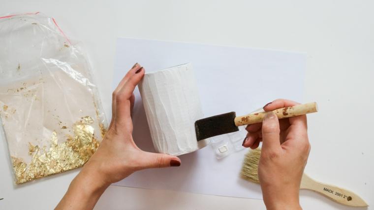 Spalmare la colla, vaso con barattolo di latta, sacchettino con foglietti oro, addobbi di Natale fai da te