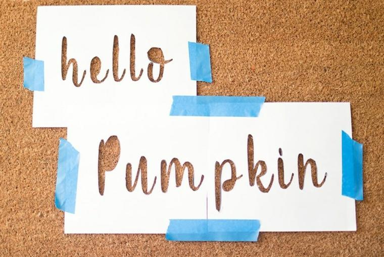 Fogli con scritte ritagliate, zerbino di colore marrone, lavoretti creativi autunno