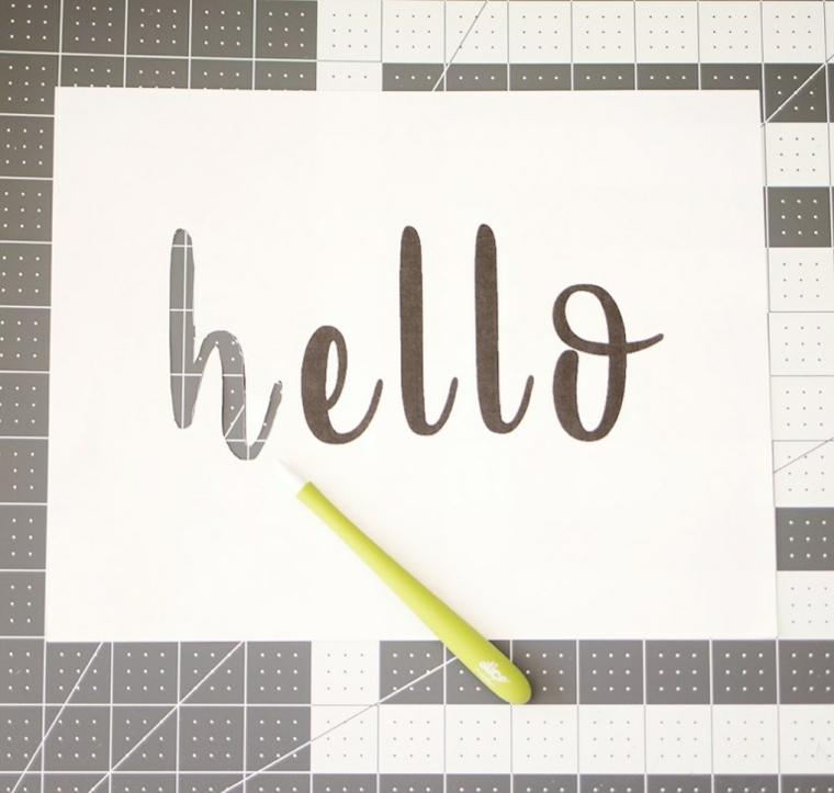 Scritta Hello, foglio bianco e cutter, decorazioni autunnali fai da te