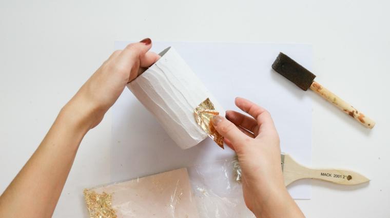 Barattolo di latta con gesso, pennello con spugna, composizioni natalizie, sacchettino con foglietti colorati