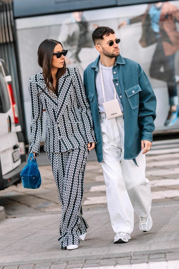 Donna e uomo che camminano, abbigliamento autunnale, pantalone e giacca abbinati