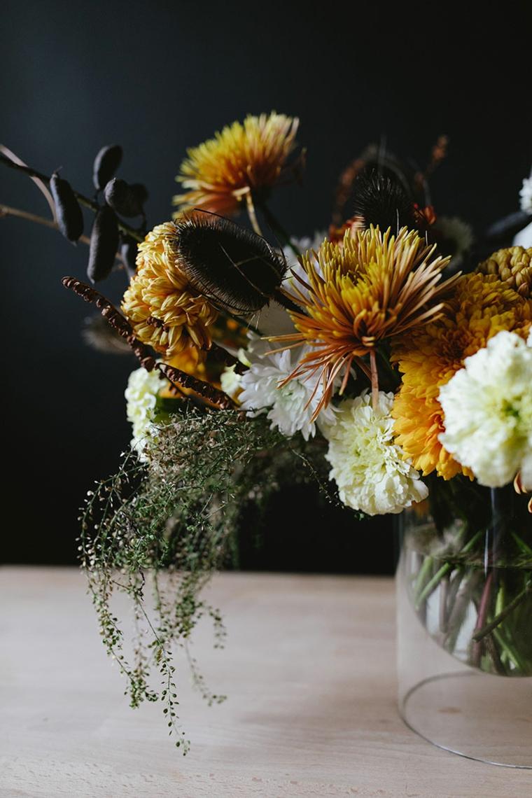 Vaso di vetro, fiori autunnali, composizione come centrotavola, centrotavola con vaso