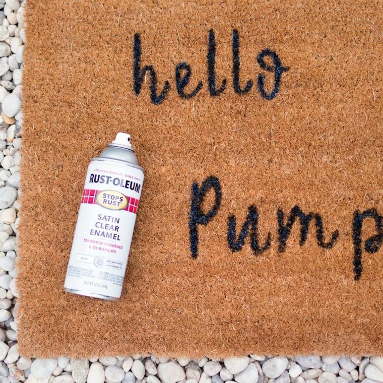 Bottiglia con vernice spray, addobbi autunnali, zerbino ingresso con scritta nera