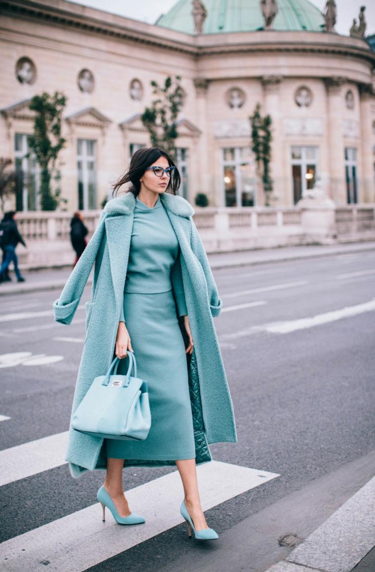 Abiti dello stesso colore, dona che cammina, cappotto lungo verde tiffany