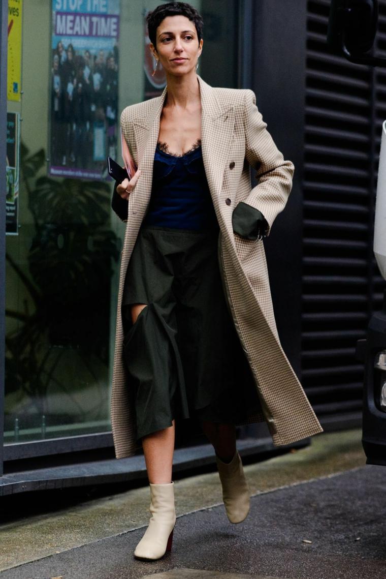 Donna con cappotto lungo, vestito nero con pizzo, stivaletti con tacco basso