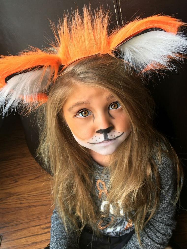 Bimba travestita come volpe, cerchietto con orecchie, trucco con ombretti per bimbi