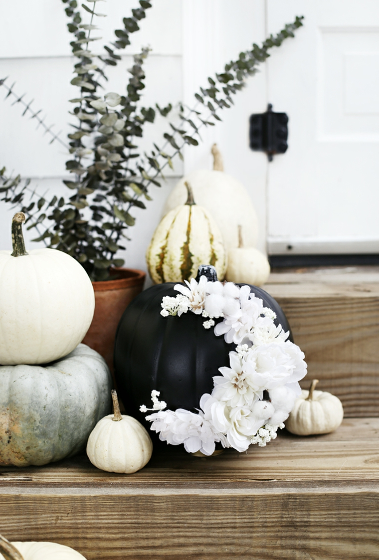 Zucca di Halloween dipinta, zucca con fiori petali bianchi, decorazioni semplici per Halloween