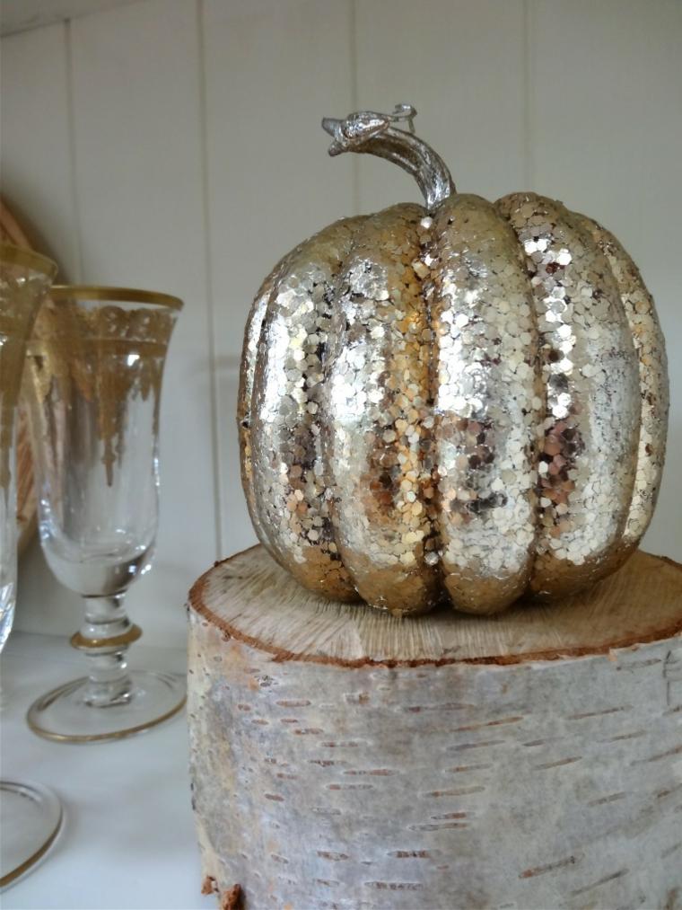 Tronco di legno con zucca, decorazione zucca con lustrini, centrotavola per Halloween
