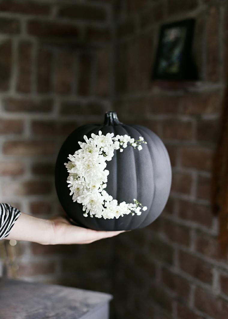 Zucca verniciata di nero, fiori incollata ad una zucca, centrotavola per Halloween