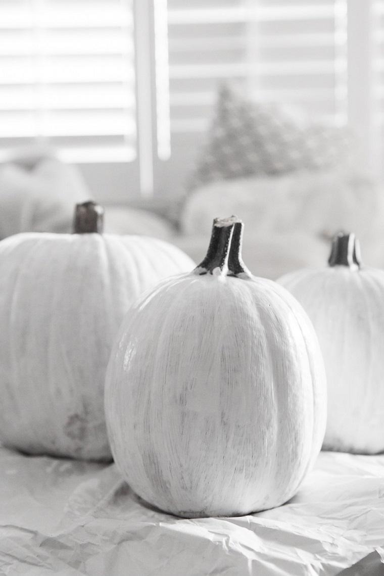 Lavoretti creativi per bambini Halloween, zucche verniciate di bianco, tre zucche bianche