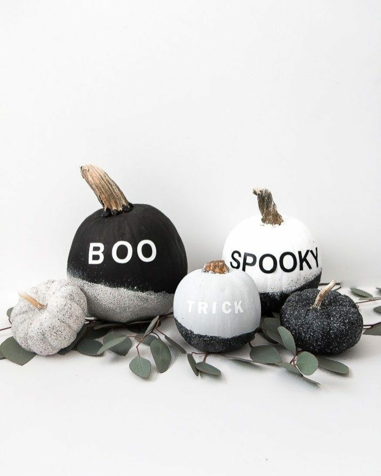 Zucche dipinte di vernice, adesivi per Halloween, addobbi con glitter e zucche