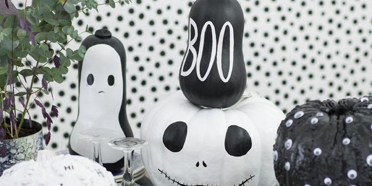 Decorazioni Halloween fai da te semplici, zucche dipinte con vernice, scritte su zucche