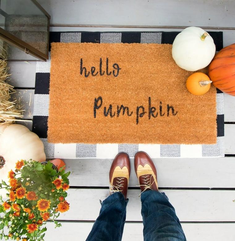 Zerbino con scritta, zucche all'ingresso di casa, donna con scarpe di pelle, lavoretti autunno