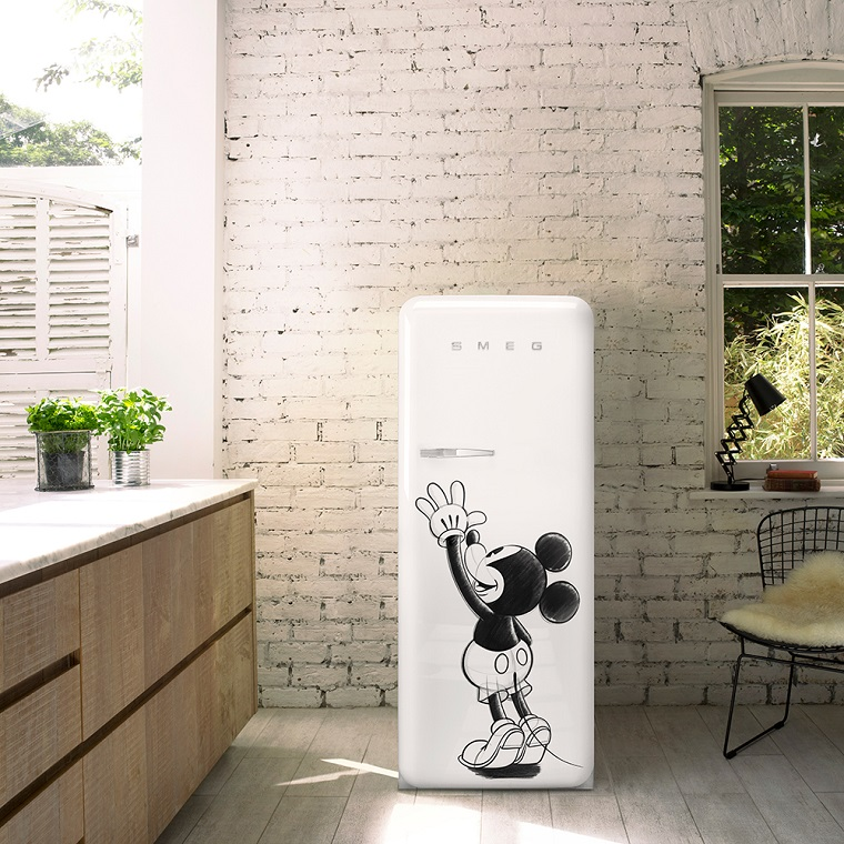 Frigorifero Smeg linea Disney, frigorifero bianco Smeg, parete vintage in pietra, arredamento vintage