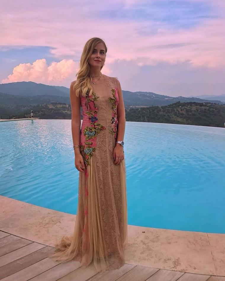 L'influencer Valentina Ferragni, abito beige in tulle, vestito lungo con applicazioni