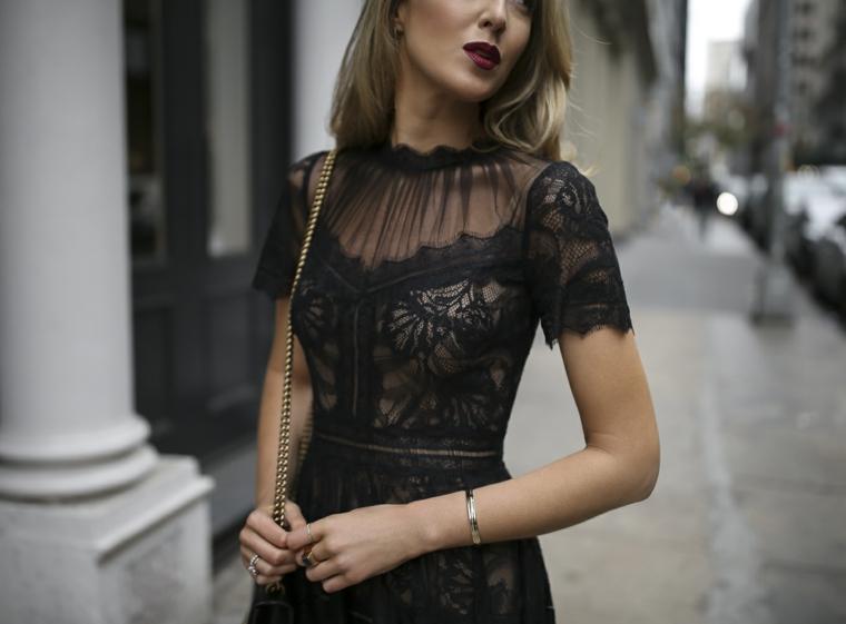 Tubini particolari, vestito nero in pizzo, abito a manica corta, donna con capelli biondi