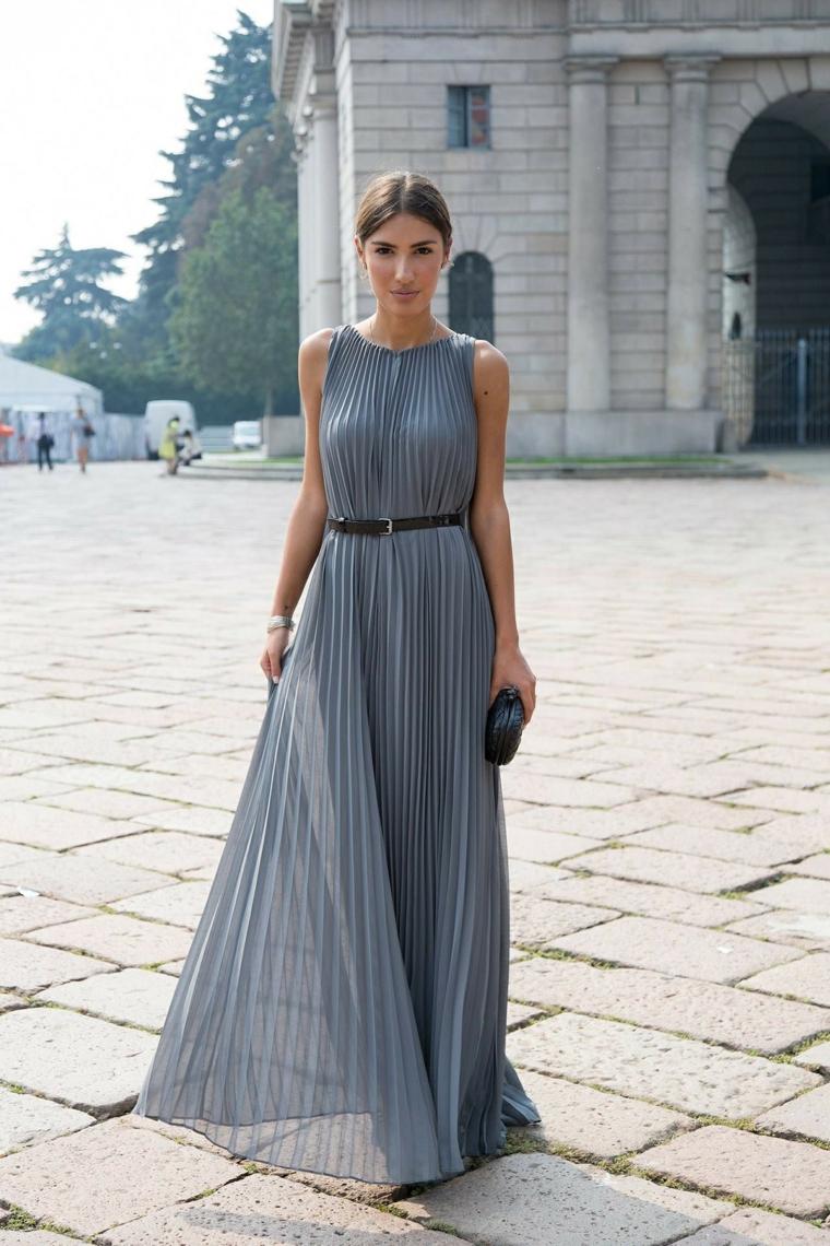 Abiti eleganti per signora, vestito viola plissettato, abito con cintura, capelli castani raccolti