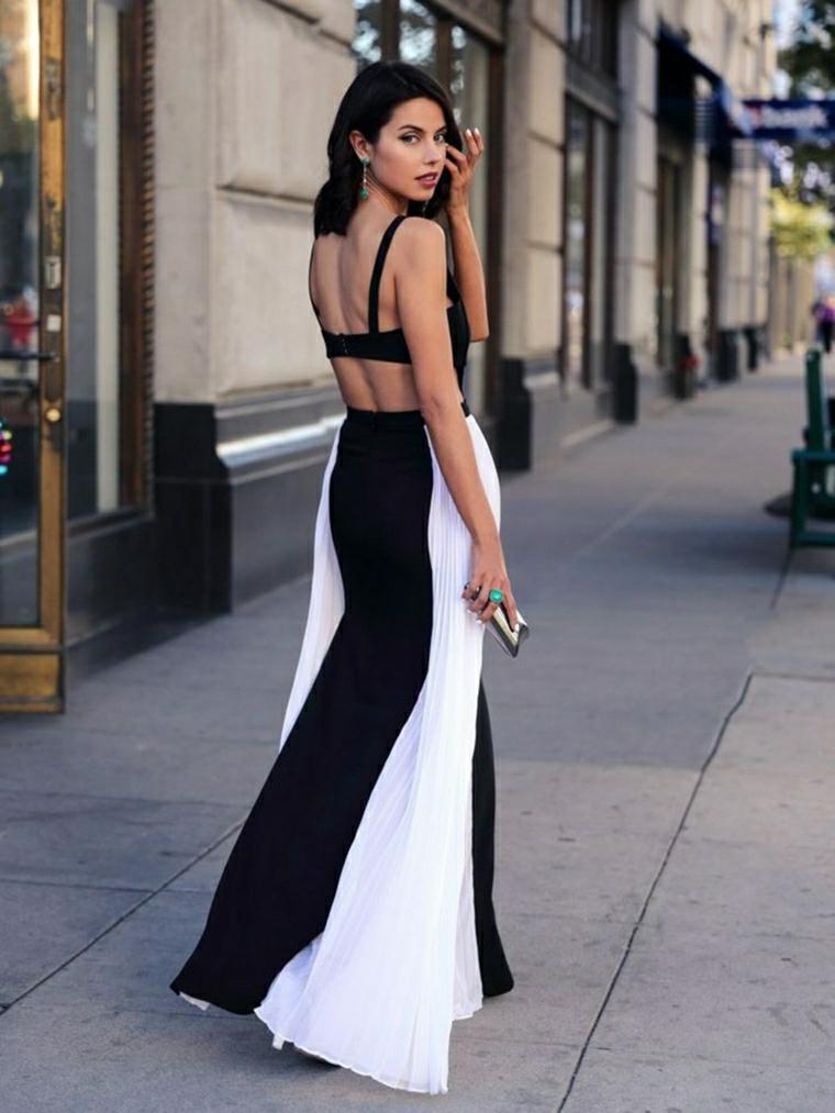 Vestito bicolore bianco e nero, donna che cammina, tubini particolari, vestito con schiena scoperta