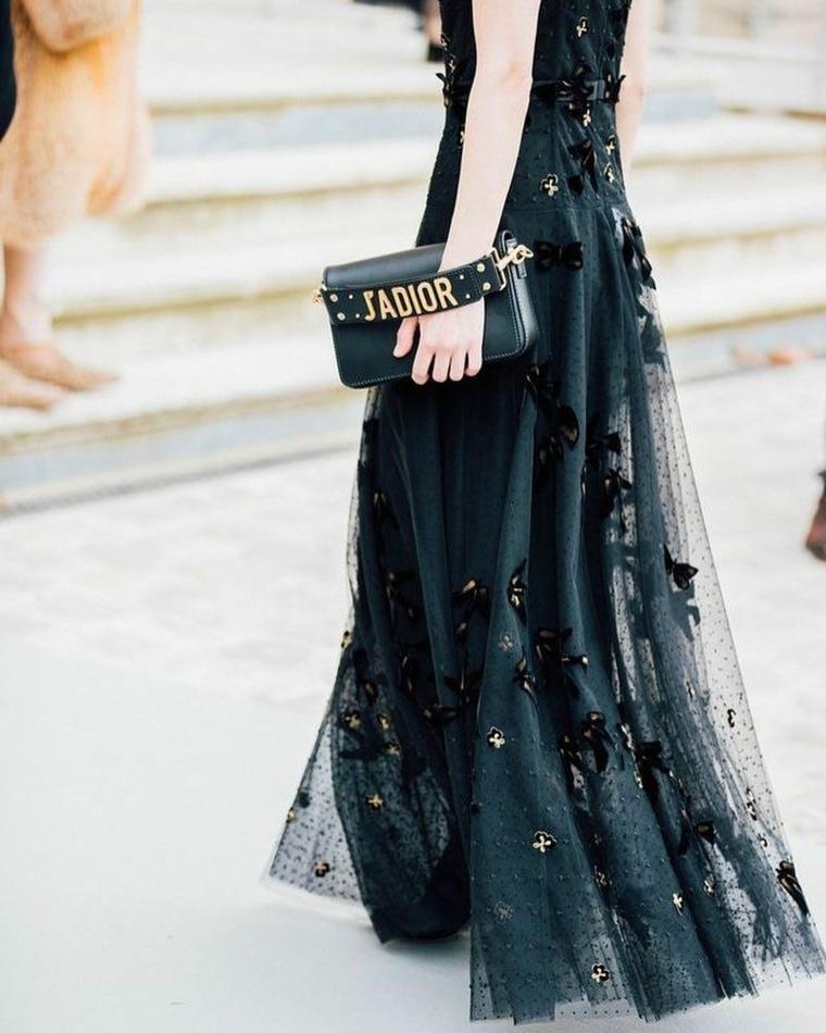 Vestiti lunghi con spacco, abito nero con tulle, tulle con applicazioni, borsetta firmata Dior