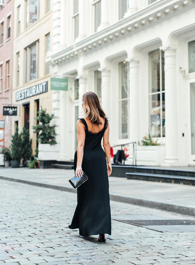 Abito nero plissettato, vestito con spalline in pizzo, donna che cammina, vestiti lunghi estivi economici