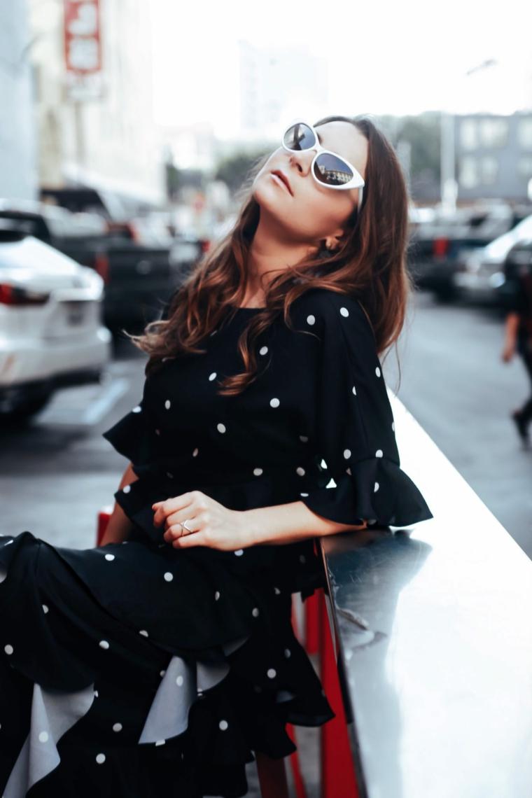 Vestito nero a pois, abito lungo con volant, vestiti lunghi eleganti economici, occhiali da sole bianchi