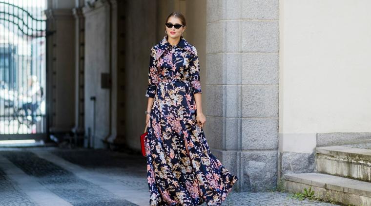Abiti floreali lunghi, abito con manica lunga, donna che cammina, donna con occhiali da sole