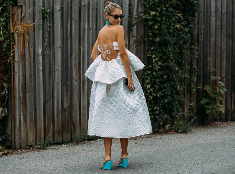 Vestito bianco con strati, abito con schiena scoperta, tubini particolari, ragazza con capelli biondi raccolti