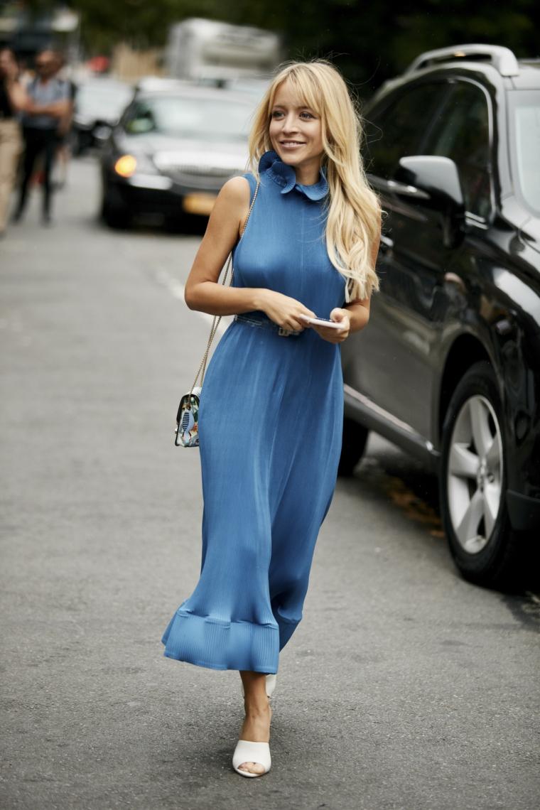 Abito da sera blu, vestito fluido lungo, donna con capelli biondi, acconciatura con frangia