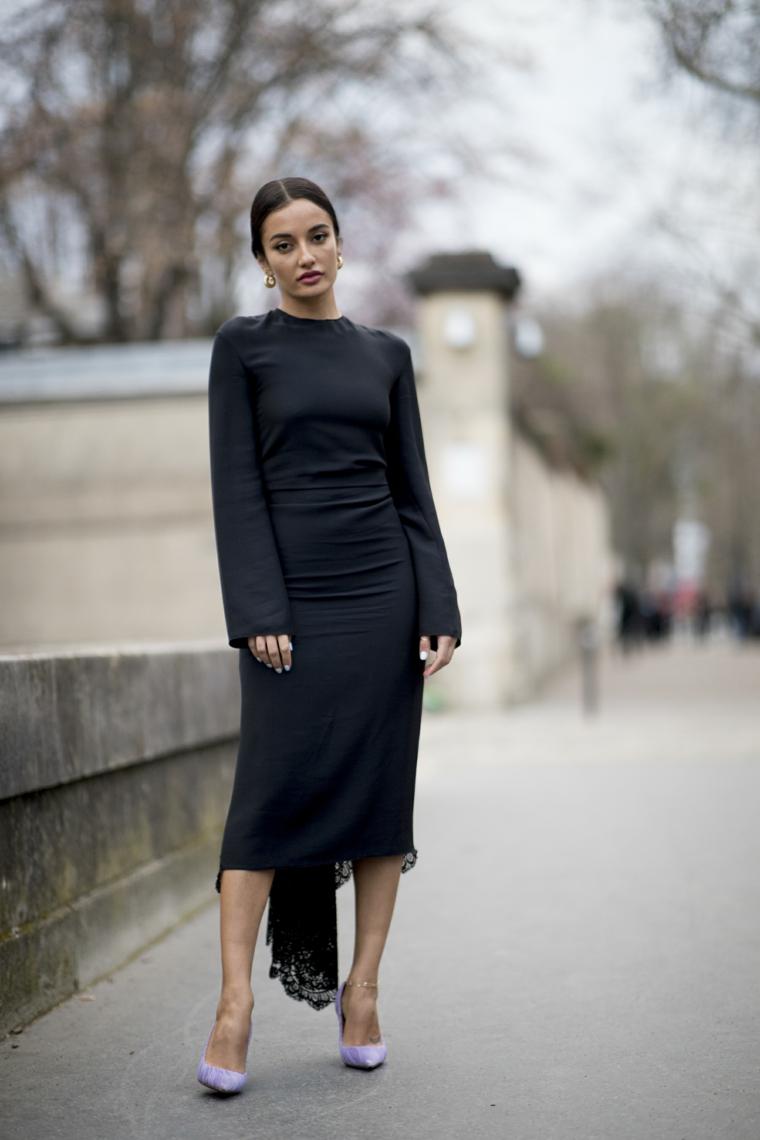 Tubini particolari, abito nero lungo, vestito con manica larga, capelli neri raccolti, donna con tacchi alti