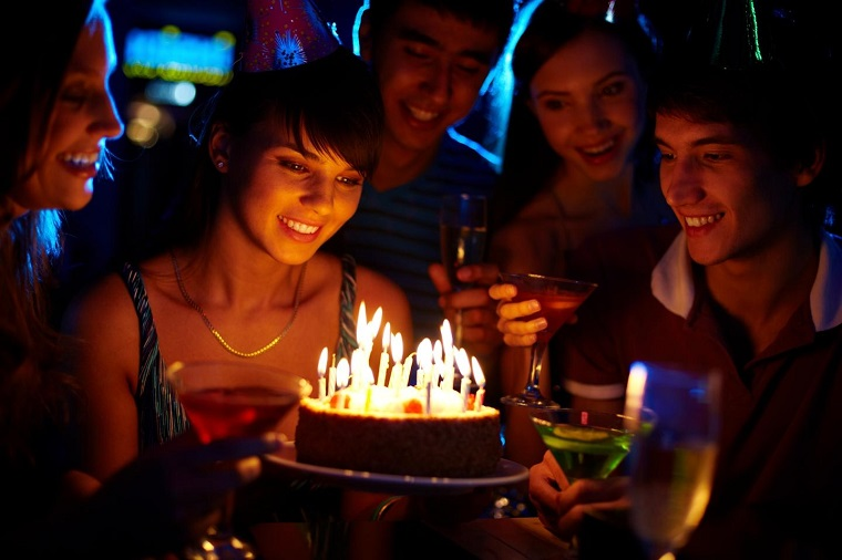 Torta di compleanno, ragazza che festeggia il compleanno, decorazioni per feste