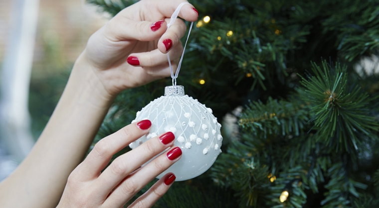 Unghie gel semplici, smalto per unghie colore rosso, albero di natale addobbato, pallina natalizia bianca