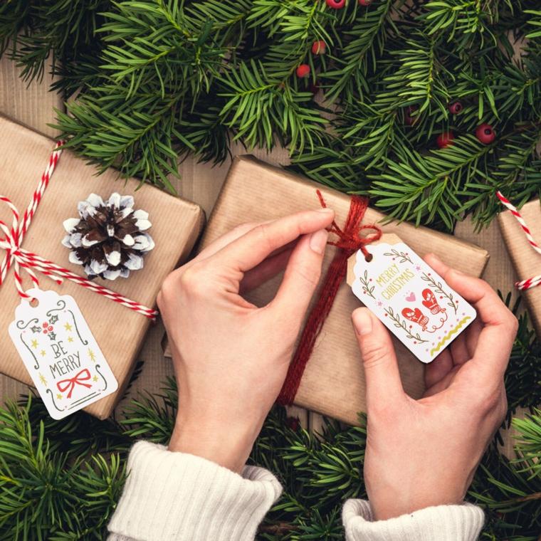 Cosa regalare alla mamma per Natale, pacchi regalo incartati, rametti verdi con bacche
