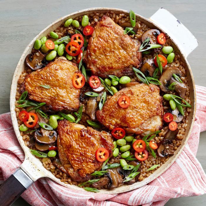 Padella con pollo e verdure, pollo su una base di quinoa, fagioli verdi e peperoncino jalapeno, cosa cucino oggi