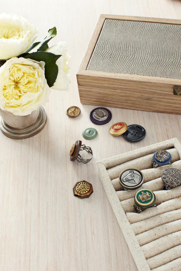 Anelli con bottoni, fiore con petali bianchi, scatola in legno, idee regalo fidanzato natalizio