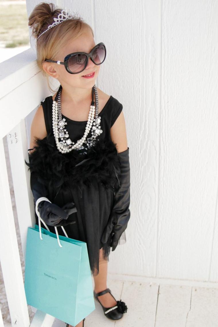 Vestiti carnevale bambina, bimba travesta da Audrey Hepburn, abito nero con piume, coroncina per bambine