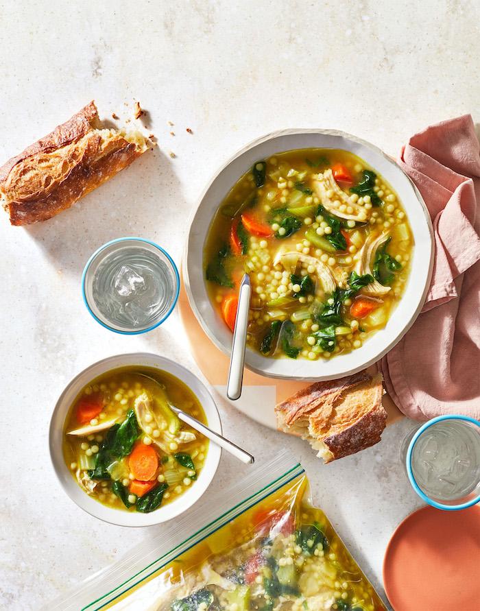 Minestra alle verdure, baguette spezzata a metà, zuppa alle verdure, idee per cena veloce e leggera