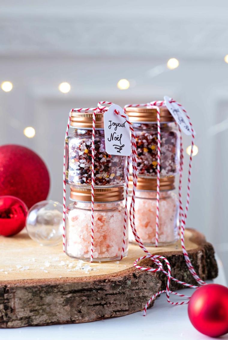 Idee regalo Natale per lei, barattoli con sali, palline natalizie rosse, nastro filo di lana