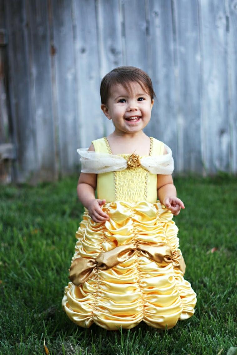 Vestito Disney colore giallo, abito di Belle, vestiti di carnevale bimba, prato erba verde