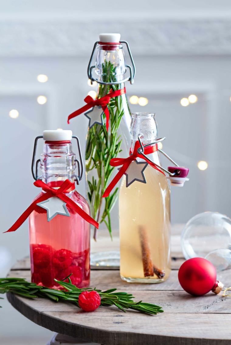 Bevande con lamponi, palline natalizie rosse, rametti di rosmarino, pensierini di natale