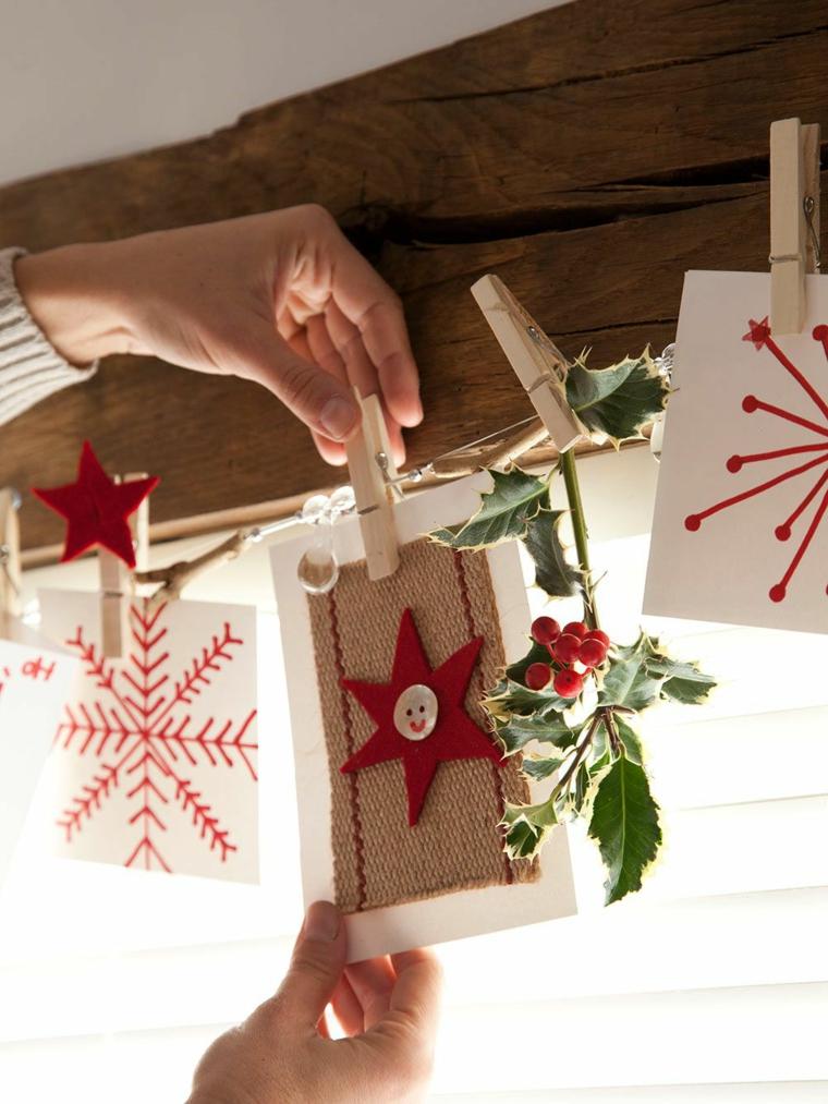 Bigliettini di Natale, trave di legno, mollette di legno, bigliettini decorati, pensierini di Natale